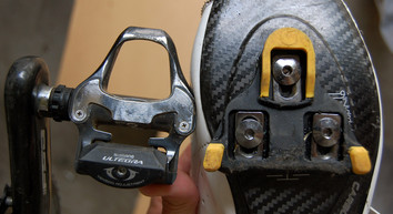 Road bike pedal and cleat