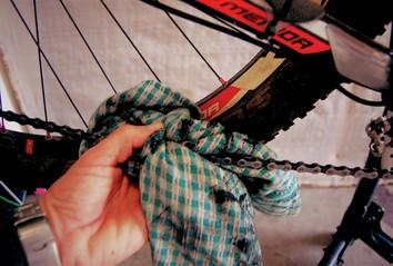 wipe bike chain with a rag