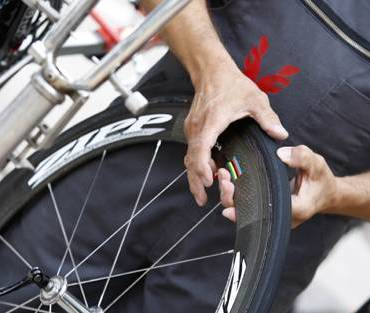 checking road bike tire pressure