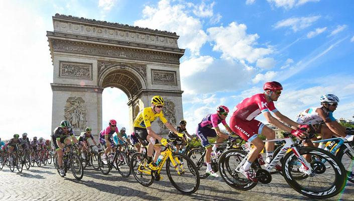Arc de Triomphe behind racers in the final stage in Paris - Tour de France 2016