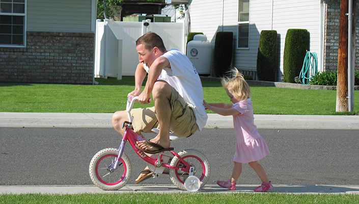 https://content.bikeroar.com/system/content/000/109/293/large/Dad-Daughter-Bike-705.jpg?1471627119